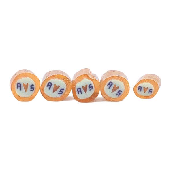 hangemachte Hochzeitsbonbons mit Initialien orange